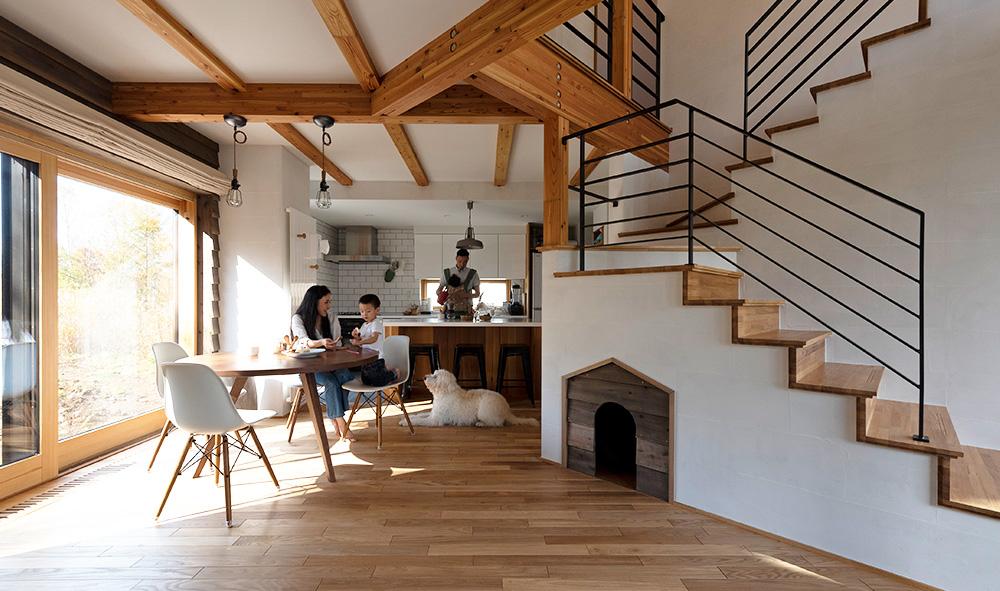 理想の間取りを実現させた 羊蹄山を眺める「笠」屋根の家
