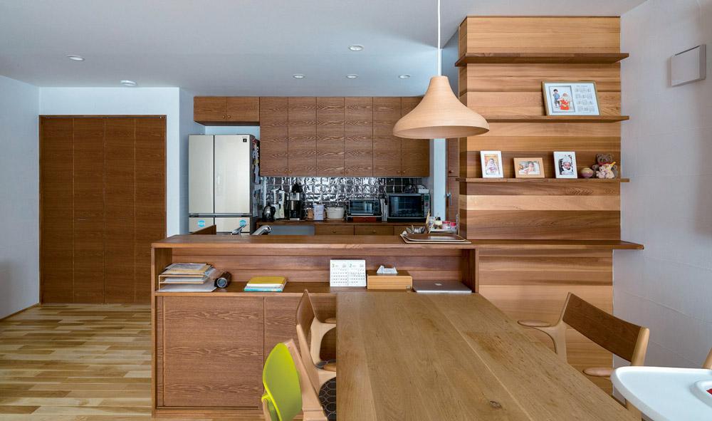 変化に富んだ空間構成と 木の質感が心地よい住まい