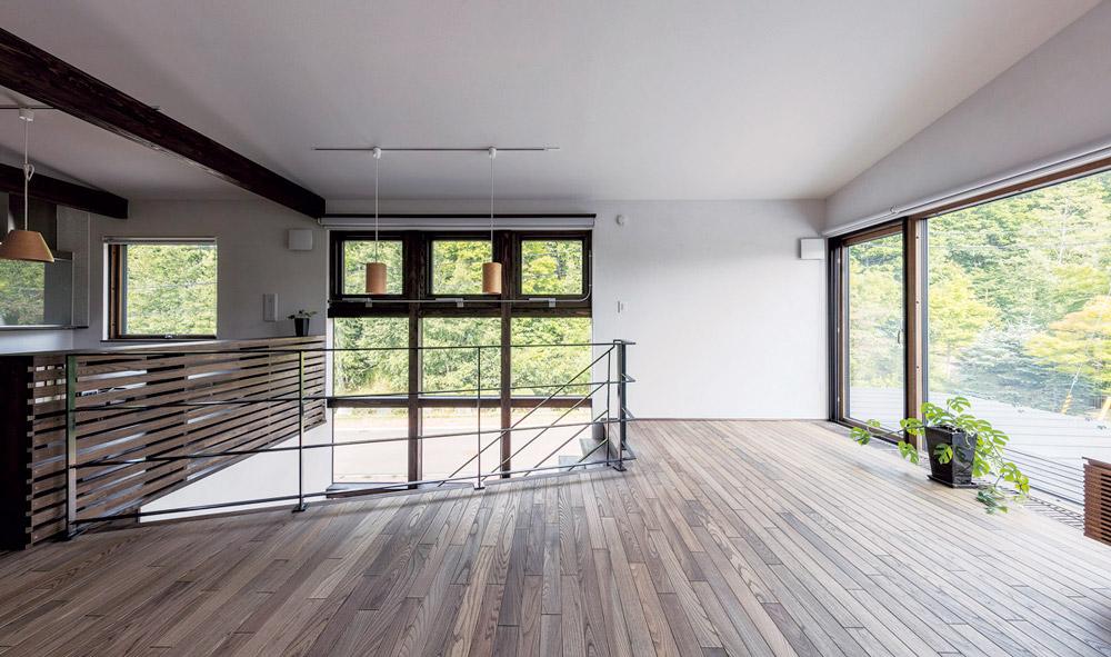 大きな連窓から緑を眺める シンプルデザインの棲み家