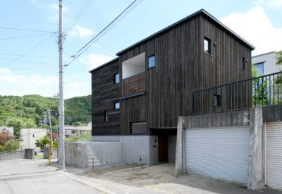 土地段差をプラスに変えた家「elevate」の画像
