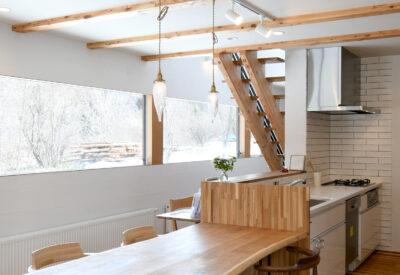 【小樽】連結窓からパノラマに見える景色を眺める 「いろどりを映すいえ」の画像