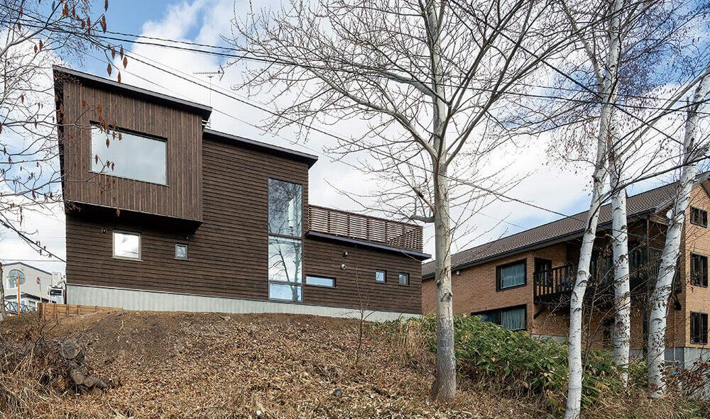ルーフバルコニーのある 三方角地に建つ豊かな自然を満喫する家